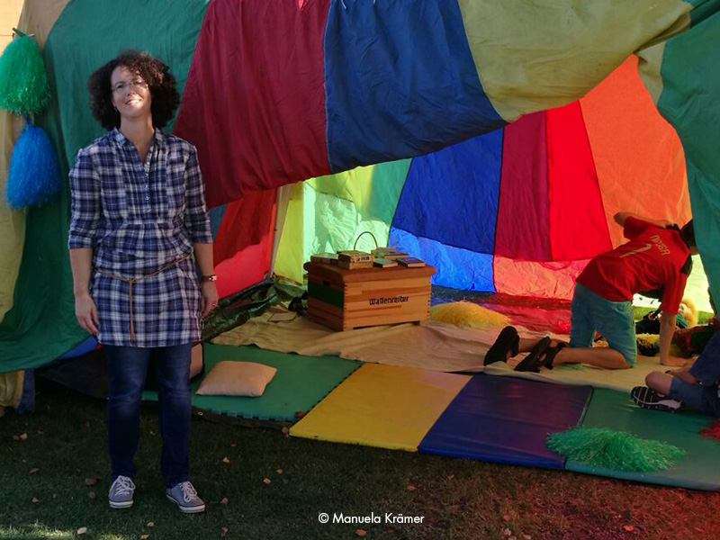 Märchenerzählerin Manuela Krämer steht vor dem Märchenzelt